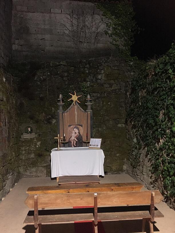 openlucht kapel in ruine