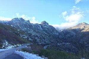 Eén van de gletsjer valleien in de winter in de Serra da Estrela