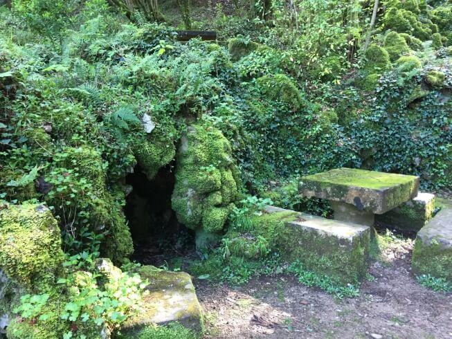Één van de vele diepe grotten